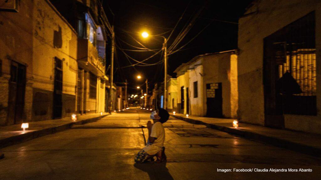 La fotografía del niño que reza en la calle por la pandemia