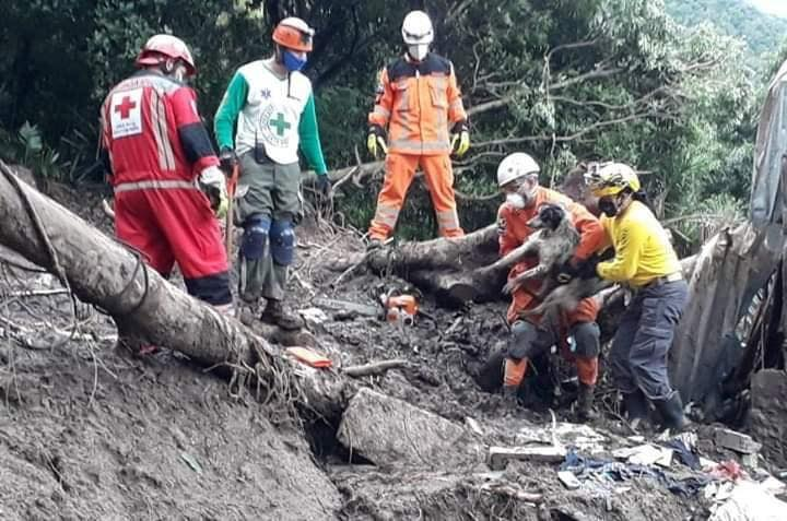 Rescate de una familia soterrada El Salvador FURST